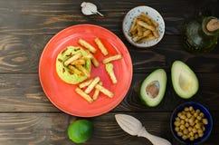 Aguacate Hummus con el mini grissini, aún vida Fotografía de archivo