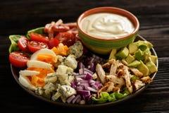 Aguacate, tomates, tocino, pollo y cebolla del cobb- de la ensalada imagen de archivo libre de regalías