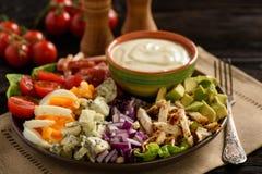 Aguacate, tomates, tocino, pollo y cebolla del cobb- de la ensalada fotos de archivo libres de regalías
