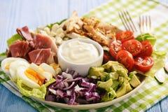 Aguacate, tomates, tocino, pollo y cebolla del cobb- de la ensalada foto de archivo