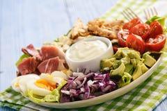 Aguacate, tomates, tocino, pollo y cebolla del cobb- de la ensalada fotografía de archivo libre de regalías
