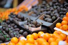 Aguacate y naranjas frescos en el mercado de los granjeros imagen de archivo