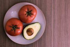 Aguacate y tomates fotos de archivo