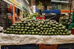 Aguacates en un mercado suramericano de la fruta y del Veggie Imagen de archivo libre de regalías