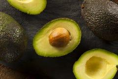 Aguacates verdes crudos orgánicos Foto de archivo libre de regalías