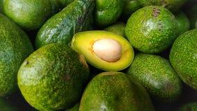 Aguacates verdes, uno partido en dos Fotos de archivo libres de regalías