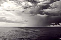 Aguacero con las nubes tempestuosas Fotografía de archivo libre de regalías