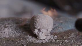 Aguafuerte del metal precioso Anillo de la joyería inusual el hacer a mano, del proceso y del diseño Anillo formado cráneo debajo almacen de video