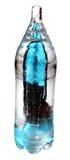 Aguamarina de la botella del hielo aislada en blanco imagenes de archivo