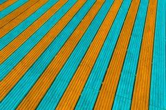 Aguamarina y tableros anaranjados del decking Foto de archivo