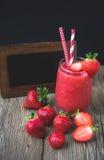 Aguanieve de la fresa en la madera, bebida del verano, bebida fresca Imagen de archivo