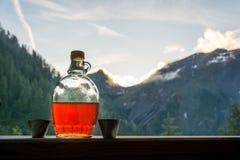 Aguardente bebendo da ameixa após uma excursão de caminhada longa nas montanhas mim imagens de stock