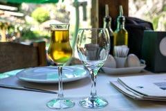 Aguardente ou aguardente do fruto em um vidro gelado em uma tabela do restaurante fotos de stock royalty free