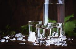 Aguardiente - boisson alcoolisée, alcool illégal de raisin ou vodka fort espagnol traditionnel, en verres sur une vieille table e images libres de droits