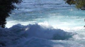 Aguas ásperas de las caídas de Huka almacen de video