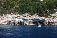 Aguas azules. Costa rocosa Foto de archivo
