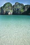 Aguas azules de la isla de la phi de la phi Imagen de archivo libre de regalías
