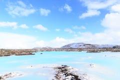 Aguas azules de la laguna en la lava Imagen de archivo libre de regalías
