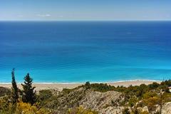 Aguas azules de la playa de Gialos, Lefkada Imagenes de archivo