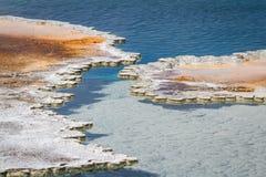 Aguas azules en los géiseres de Yellowstone Imagen de archivo libre de regalías