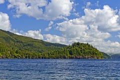 Aguas azules y cielos en un lago wilderness Fotografía de archivo