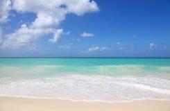 Aguas blancas de la arena y de la turquesa de Eagle Beach Aruba imagen de archivo