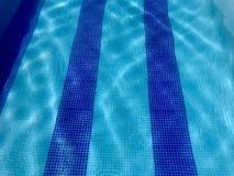 Aguas cristalinas azules de la piscina fotos de archivo