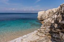 Aguas cristalinas hermosas de la playa de Kassiopi, Corfú, Grecia Fotografía de archivo