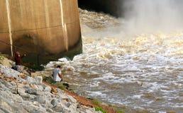 Aguas de Brave Raging Dam del pescador en la presa de Arkabutla, Robinsonville Mississippi Imagen de archivo