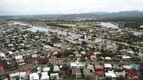 Aguas de Burleigh, opinión aérea de Queensland de hogares y de manera del agua almacen de metraje de vídeo
