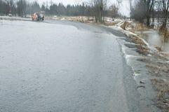 Aguas de inundación sobre el camino que sigue las lluvias pesadas Fotografía de archivo