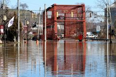 Aguas de inundación sobre el puente en la aurora, Indiana Foto de archivo