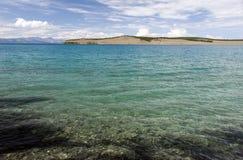 Aguas de la turquesa del lago Khovsgol Imagen de archivo libre de regalías