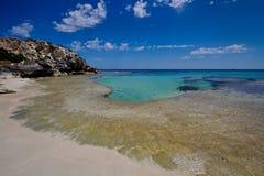Aguas de la turquesa por una playa abandonada imágenes de archivo libres de regalías