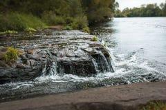 Aguas de precipitación contra fondos tranquilos Fotos de archivo libres de regalías