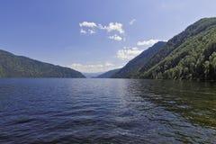 Aguas del lago Teletskoye Imagen de archivo libre de regalías