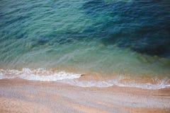 Aguas del mar o de un oc?ano que lavan la orilla arenosa foto de archivo