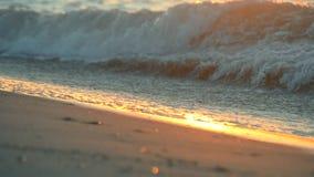 Aguas del mar, ondas de la espuma de la arena mojada y la trayectoria de la salida del sol del amanecer metrajes