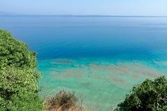Aguas esmeralda y tranquilas hermosas del lago Garda cerca de la ciudad de Sirmione, Italia En el horizonte en la niebla la orill fotos de archivo