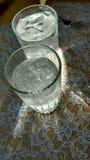 Aguas heladas iluminadas por el sol Imágenes de archivo libres de regalías