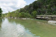 Aguas pacíficas en el país hermoso de la colina verde de Tejas Fotografía de archivo libre de regalías
