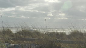 Aguas picadas en una playa nublada, 4K almacen de video