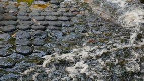 Aguas que fluyen en roca almacen de metraje de vídeo