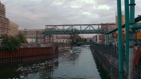 Aguas residuales cerca de la planta en el centro de la capital europea El concepto de contaminaci?n ambiental, ambiental metrajes