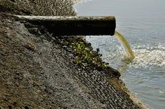 Aguas residuales de la industria - impacto humano en la naturaleza imagen de archivo