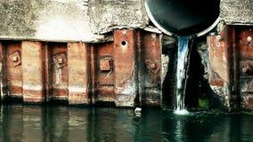 Aguas residuales descargadas en el río almacen de video