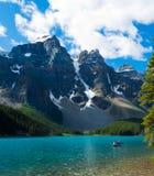 Aguas serenas del lago moraine imagen de archivo libre de regalías