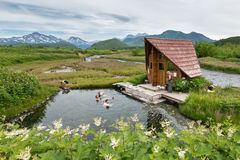 Aguas termales de Goryacherechensky Parque de naturaleza de Nalychevo en Kamchatka Rusia, Extremo Oriente imágenes de archivo libres de regalías