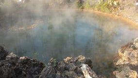 Aguas termales del humo a partir de las aguas termales almacen de video