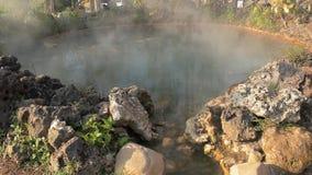 Aguas termales del humo a partir de las aguas termales almacen de metraje de vídeo